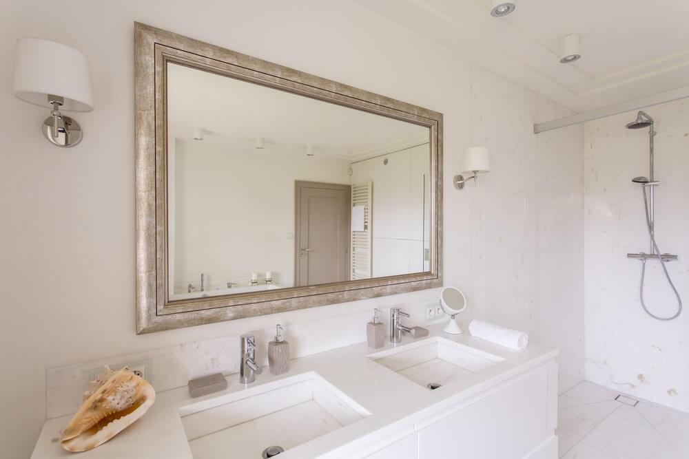 Spiegel in badkamer